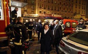 Trois personnes ont été tuées et 13 blessées, dont quatre très grièvement, samedi soir dans l'incendie d'un immeuble d'Aubervilliers, en Seine-Saint-Denis, dont des résidents affirment qu'il était squatté et insalubre.