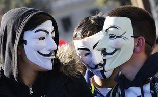 Des manifestants arborent des masques Anonymous à Romes le 14 novembre 2014.