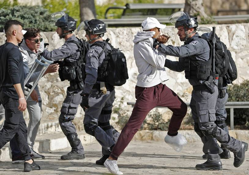 Israeli security forces scuffle with Palestinian protestors in Jerusalem's Old City on December 15, 2017. Thousands of Palestinians protested again in Jerusalem against US President Donald Trump's decision to recognise the city as the capital of Israel.  / AFP PHOTO / Thomas COEX