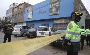 Des policiers péruviens devant la discothèque Tomas Restobar, à Lima le 23 août 2020.