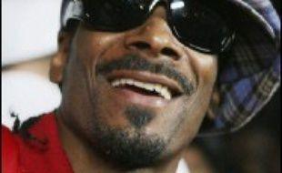Le rappeur américain Snoop Dogg et cinq membres de son entourage ont été arrêtés par la police mercredi à l'aéroport londonien d'Heathrow après une altercation dans laquelle huit policiers ont été blessés, selon des sources policières.