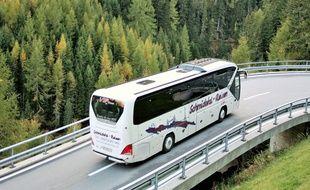 Un autocar sur une route de montagne (illustration).