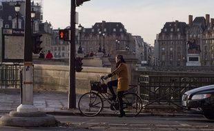Une cycliste sans casque à Paris.