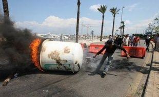 Cinq personnes ont été tuées samedi lors de violents combats armés entre des partisans de la majorité et de l'opposition dans une ville du nord du Liban, a déclaré à l'AFP un responsable des services de sécurité.