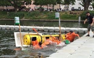 Strasbourg, le 3 juillet 2016. - Course de baignoires pour lancer les Docks d'été 2016. C'est le Green Gator qui a remporté cette édition 2016 devant les footballeurs de l'US Ittenheim, lauréat 2015.