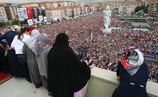 Des dizaines de milliers de personnes étaient réunies dimanche à Istanbul pour soutenir le Premier ministre Recep Tayyip Erdogan, sur fond d'affrontements sporadiques en ville au lendemain de l'évacuation par la force du dernier bastion des manifestants.