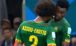 Capture d'écran du coup de tête d'Assou Ekoto sur Moukandjo, le 18 juin 2014
