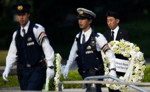 Un homme porte la couronne qui va être déposée par le président Obama lors de sa visite à Hiroshima, le 27 mai 2016