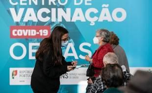 Dans un centre de vaccination au Portugal.