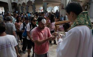 Des survivants en deuil du typhon meurtrier qui a ravagé les Philippines, pays majoritairement catholique, tentaient de trouver un peu de réconfort et d'espoir dimanche dans les églises dévastées.