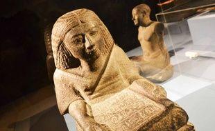 Une statue de scribe.