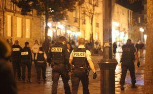 Des policiers interviennent dans un bar de la place des Lices, à Rennes.