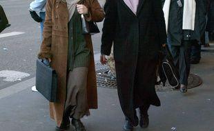 Des femmes en jupe longue.