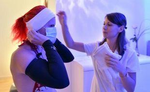 """Une femme s'apprête à entrer dans une cabine de """"cryothérapie corps entier"""", à Rennes, le 25 juin 2015"""