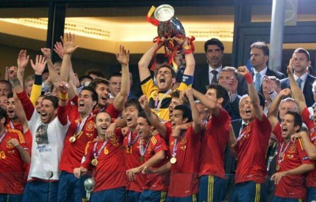L'Espagne est entrée de plain pied dans la légende en remportant un troisième trophée majeur d'affilée après son écrasante victoire en finale de l'Euro-2012 face à l'Italie (4-0), dimanche à Kiev, confirmant son insolente hégémonie sur la planète football.