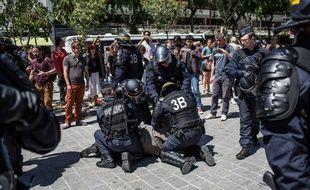 87 migrants qui s'étaient installes sur la place rue Pajol dans le 18eme ont été expulses par la police le 8 juin 2015.
