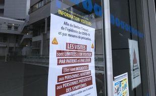 Illustration des portes du CHU Pontchaillou à Rennes, où des messages d'information relatifs à l'épidémie de coronavirus ont été affichés.