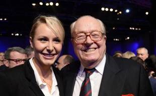 La députée FN Marion Maréchal-Le Pen et son grand-père, Jean-Marie Le Pen, le 17 novembre 2013 à Paris, lors d'un meeting du parti