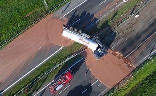 Du chocolat chaud s'est déversé sur l'autoroute A2 en Pologne après qu'un camion a heurté les barrières de sécurité.