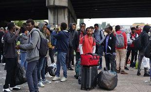 Des migrants lors de l'évacuation du campement du Millénaire, le 30 mai 2018 à Paris.