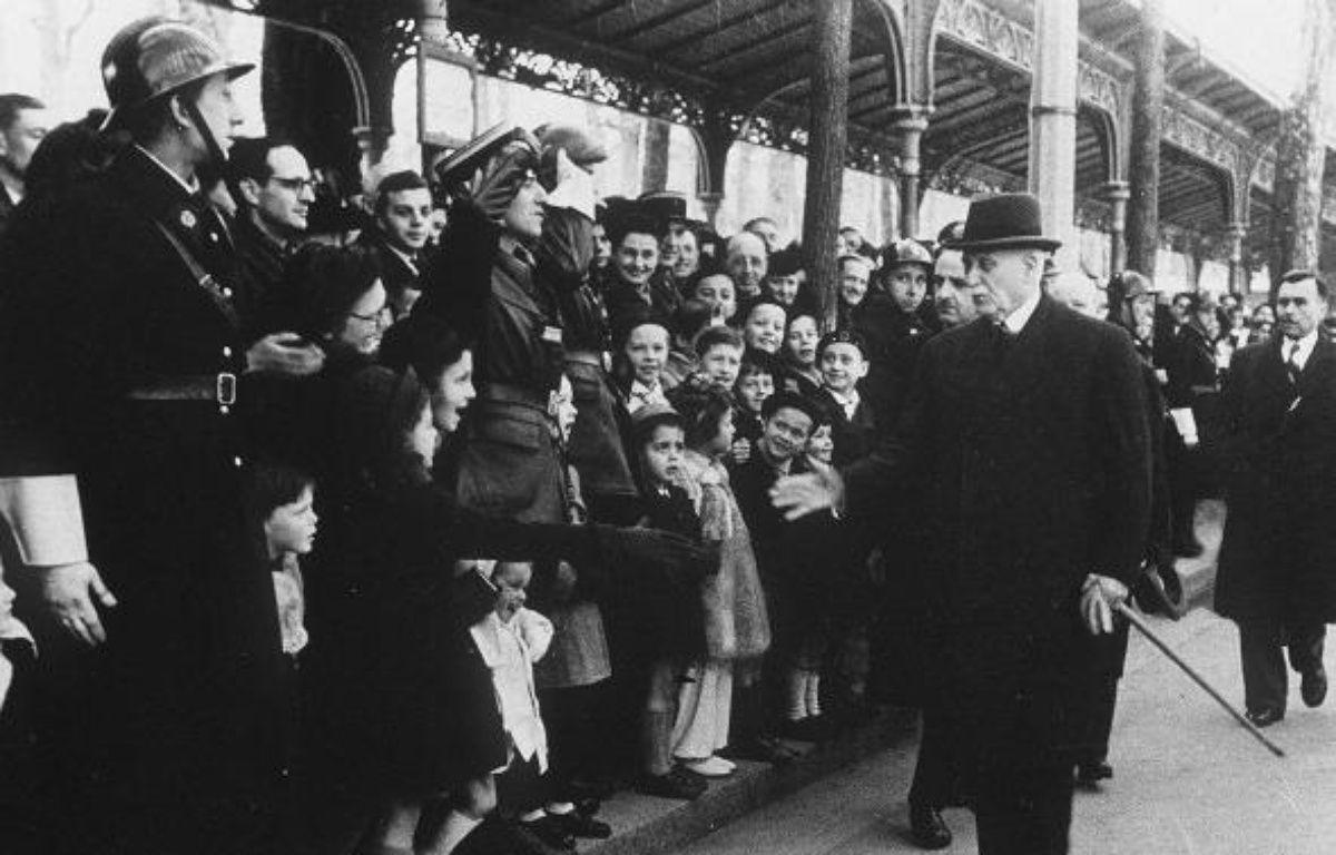 Le maréchal Pétain, en visite en 1942 au camp de Drancy, où les Juifs français étaient enfermés avant d'être transférés dans des camps d'extermination. – SIPA