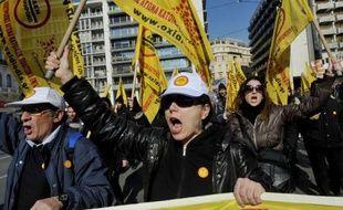 Plus de 10.000 personnes, selon la police, ont manifesté mardi à Athènes contre l'austérité qui frappe la Grèce pour la troisième année consécutive, en marge de grèves dans plusieurs entreprises, marquant la première mobilisation sociale de 2012 dans le pays.