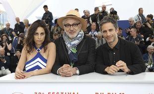 L'actrice Yasmine Hamdan et l'acteur Gael Garcia Bernal autour du cinéaste palestinien Elia Suleiman le 24 mai au Festival de Cannes