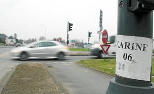 Seuls éléments visibles de la prostitution, des numéros placardés sur les feux tricolores.