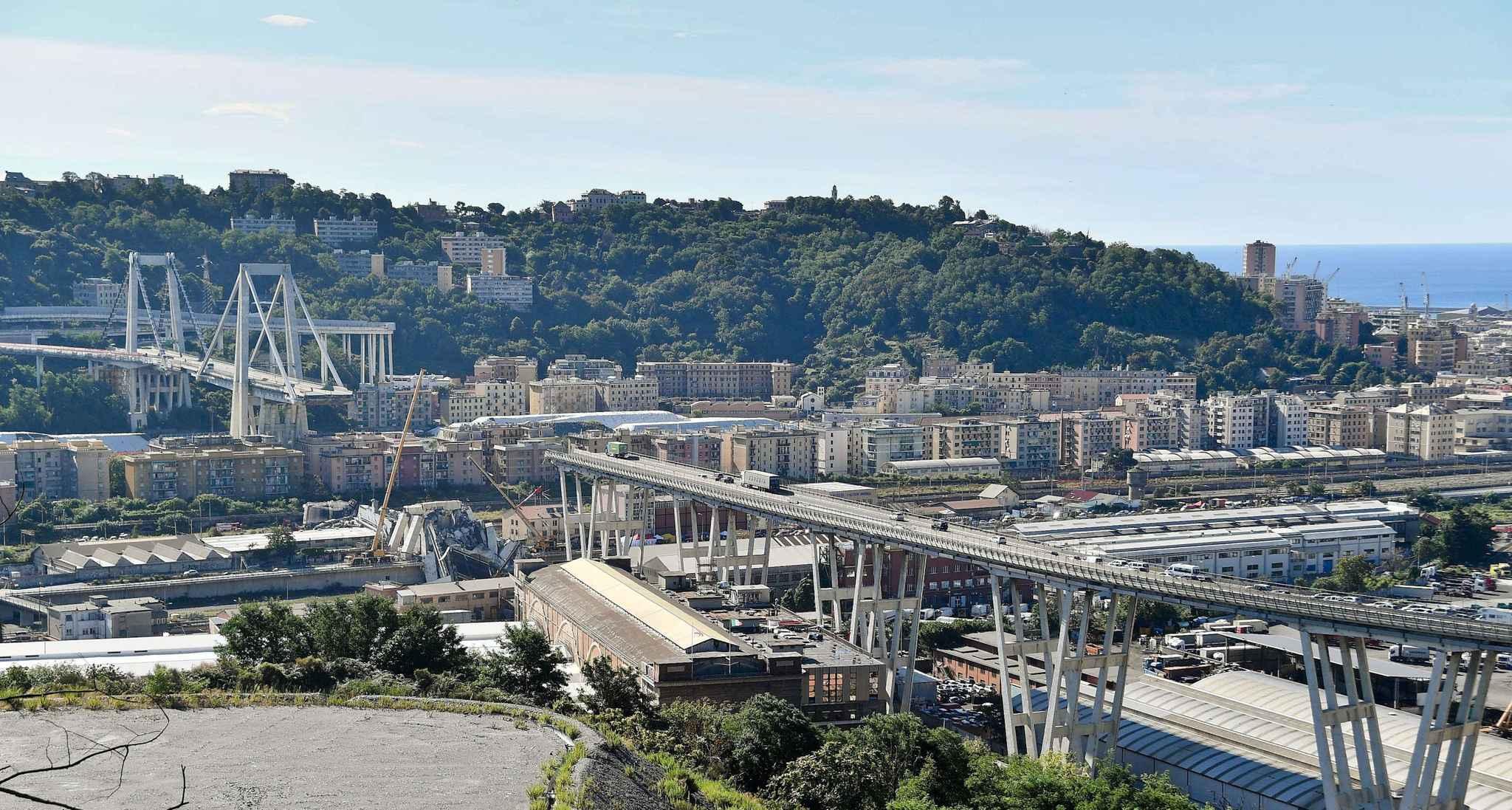 Le drame s'est déroulé en fin de matinée, sous une pluie battante, sur la A10 qui relit Gênes à Vintimille. Dans un énorme grondement, qui a fait craindre aux riverains un tremblement de terre, le pont dit Morandi, du nom de son concepteur, s'est effondré sur plus de 200 mètres, entraînant une trentaine de voitures et plusieurs poids lourds.