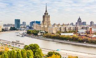 Une des «Sept Sœurs de Moscou», l'hôtel Ukraine sur les bords de la rivière Moscova à Moscou.