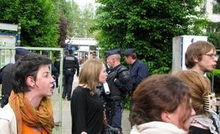 Des étudiants grévistes sont évacués par des CRS le 13 mai 2009 à l'université de Saint-Etienne.