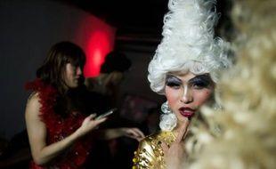 Yu Xiaoyang dont le nom de scène est Xiao Bai (Petit blanc), s'apprête à monter sur scène pour un concours de travestis sur la scène d'un club gay à Shanghai, le 18 avril 2016