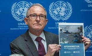 Richard Benett, chef de la mission de l'ONU Afghanistan tient le rapport onusien, ce dimanche 24 février à Kaboul, en Afghanistan.