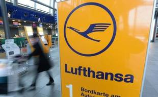 Le logo de la compagnie Lufthansa à l'aéroport de Leipzig-Halle à Schkeuditz, dans l'est de l'Allemagne, le 1er décembre 2014