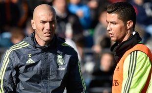 L'entraîneur du Real Madrid Zinédine Zidane, avec Cristiano Ronaldo, le 5 janvier 2016.