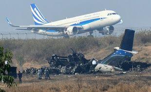 Un avion décolle de l'aéroport de Katmandou, à proximité du lieu du crash, le 13 mars 2018.