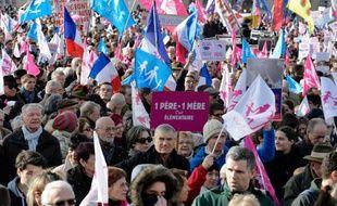 """Les défenseurs d'une vision traditionelle de la famille, opposants à la supposée """"théorie du genre"""" et à ce qu'ils considèrent comme la """"familiphobie"""" du gouvernement, ont défilé nombreux dimanche à Paris et à Lyon: 80.000 selon la police, 500.000 selon les organisateurs."""