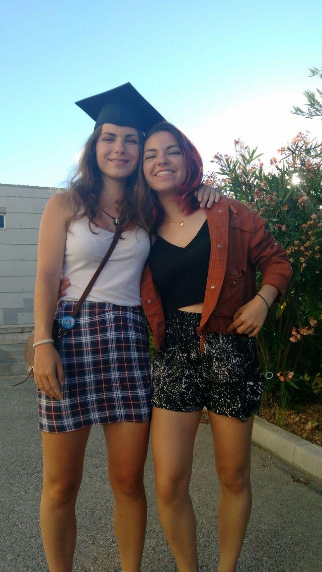 Agathe et sa sœur, lors de sa remise de diplôme.