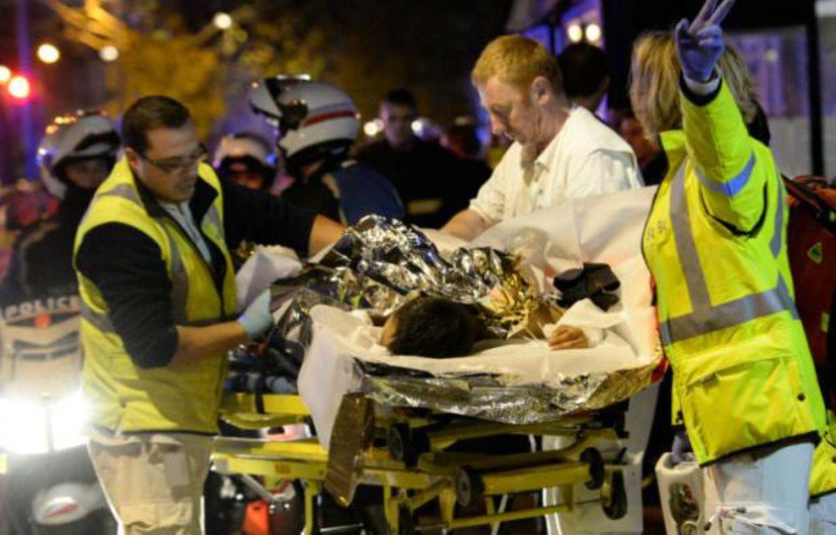 Evacuation d'une personne blessée lors de l'attaque terroriste au Bataclan, le 13 novembre 2015 à Paris – MIGUEL MEDINA AFP