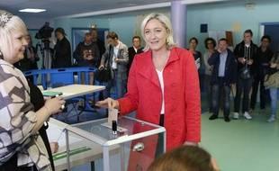 La présidente du FN Marine Le Pen vote à Hénin-Beaumont, le 25 mai 2014, à l'occasion des élections européennes.