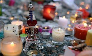 Des bougies et une Tour Eiffel miniature déposées près du Bataclan deux jours après les attentats de Paris, le 15 novembre 2015