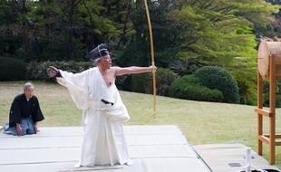 Démonstration de kyudo à l'ambassade de France à Tokyo, le 4 avril 2014.