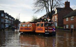 Des équipes de secours dans les rues inondées de Carlisle, au nord-ouest de l'Angleterre, le 7 décembre 2015