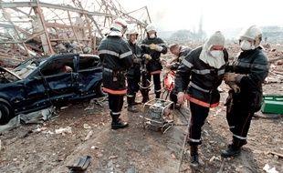 Des pompiers interviennent lors de l'explosion de l'usine AZF à Toulouse, le 21 septembre 2001.