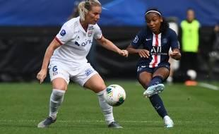 La Lyonnaise Amandine Henry et la Parisienne Perle Morroni lors du Trophée des championnes le 21 septembre 2019 à Guingamp (1-1, 4-3 pour l'OL aux tirs au but).