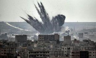 Un obus explose le 13 novembre 2014 dans la ville syrienne de Kobané près de la frontière turque