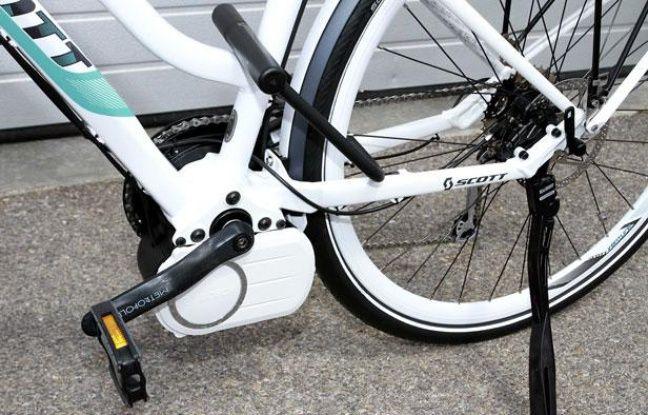 """Un vélo électrique muni d'un antivol en """"U"""""""