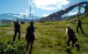 Une aventure en monde ouvert dans laquelle le joueur se déplace à pied, en voiture ou à dos de chocobo.