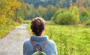 Une femme regardant la route devant elle (illustration)