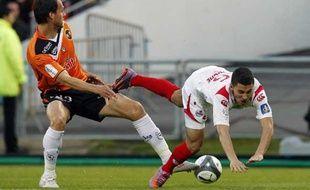 Le Lorientais Marchal fait chuter le Lillois Hazard lors de la dernière journée de championnat de L1 au Moustoir le 15 mai 2010.